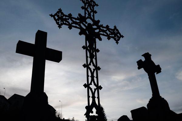 """Covid19 : Les cérémonies civiles pour saluer la mémoire d'un défunt """"non-croyant"""" ne sont pas possible en France, sauf... en restant dehors"""