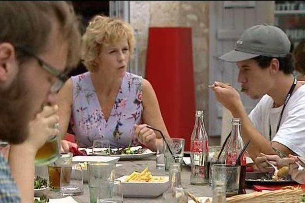 Le jury étudiant, entouré de l'actrice Anne Richard, à la pause déjeuner.