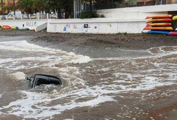 Deux voitures emportées par les eaux à Cerbère (66). Pas de victime, elles étaient inoccupées.