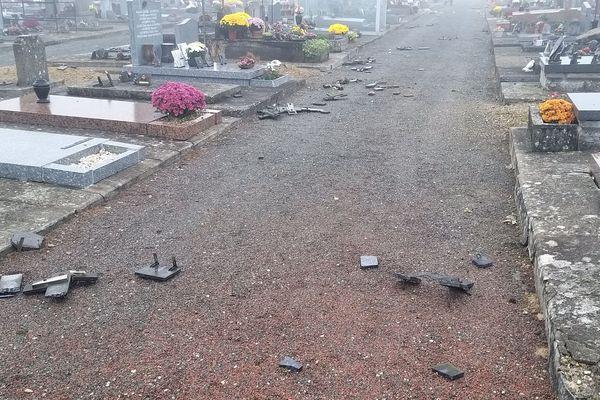 Les croix des tombes vandalisées la nuit dernière au cimetière de Cognac en Charente.