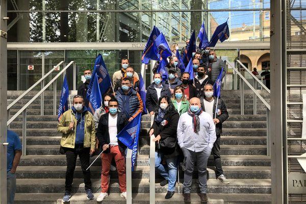 Manifestation des policiers devant le TGI de Toulouse, en soutien à leurs collègues gravement brûlés à Viry-Châtillon.