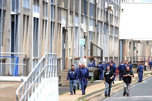 Les syndicats SUD, CFDT et CGC ont signé mercredi 27 novembre 2013 un plan social prévoyant la suppression de 706 emplois sur le site Michelin de Joué-les-Tours (Indre-et-Loire).