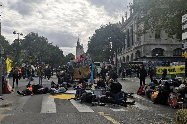 Des militants du mouvement Extinction Rebellion sur la place du Châtelet à Paris.
