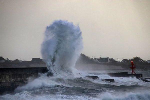 Feu rouge ce matin à la digue de Lesconil et grosses vagues
