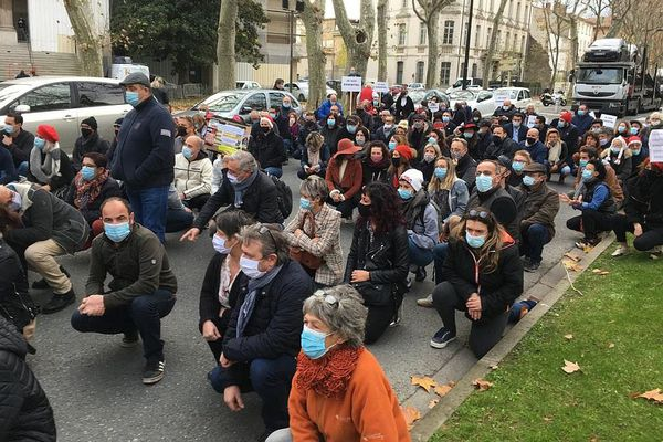 A Carcassonne, restaurateurs et coiffeurs protestent contre leur inactivité prolongée.
