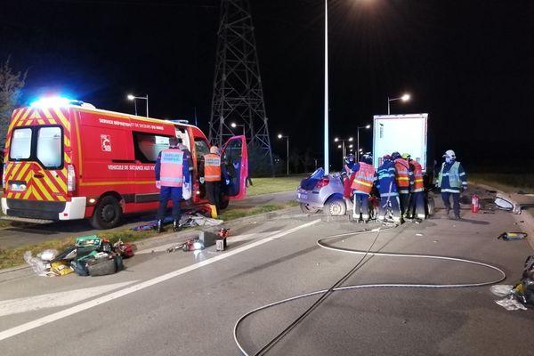 Les pompiers mobilisés ont du procéder à la désincarcération des deux jeunes passagers de la voiture, encastrée sous un camion stationné rue de la plaine à l'entrée des entrepôts logistiques de Lauwin-Planque.