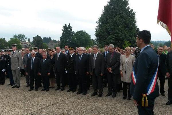 Minute de silence au monument aux morts des deux guerres à Oradour