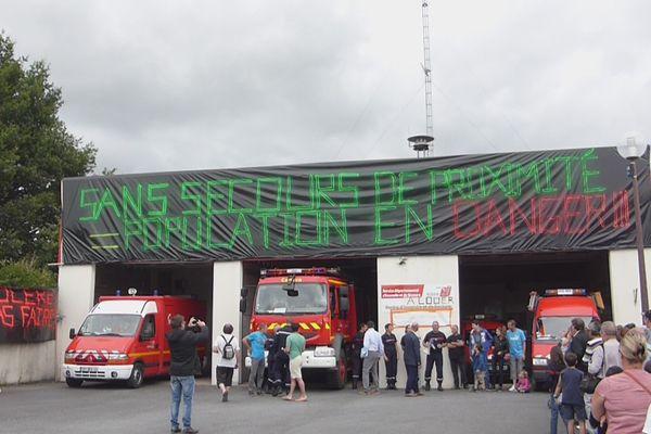 Les centre de secours d'Issé et Saint-Vincent-des-Landes seraient menacés de fermeture dans le cadre de la réorganisation du SDIS44, pompiers et population manifestent leur opposition.