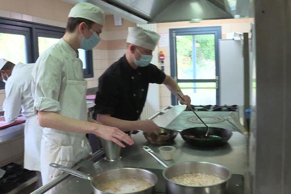 Avec les restaurants fermés, les apprentis cuisiniers ne peuvent s'exercer qu'au sein du centre de formation