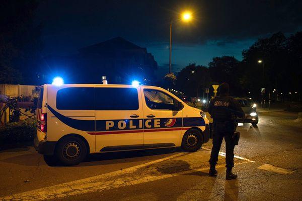 Neuf personnes interpellées dans le cadre de l'enquête sur l'assassinat d'un professeur d'histoire vendredi à Conflans-Sainte-Honorine dans les Yvelines.