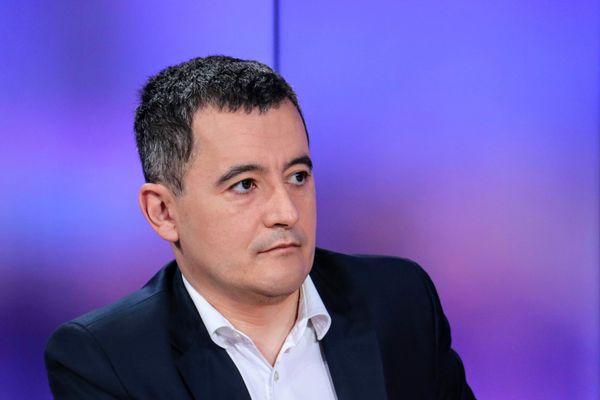 """La majorité confrontée au """"sparadrap"""" de l'affaire Darmanin."""