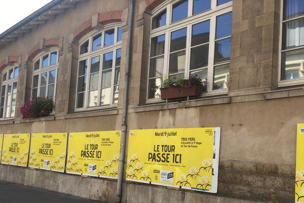Rue de Mon-Désert, les panneaux électoraux ont été recyclés aux couleurs du Tour