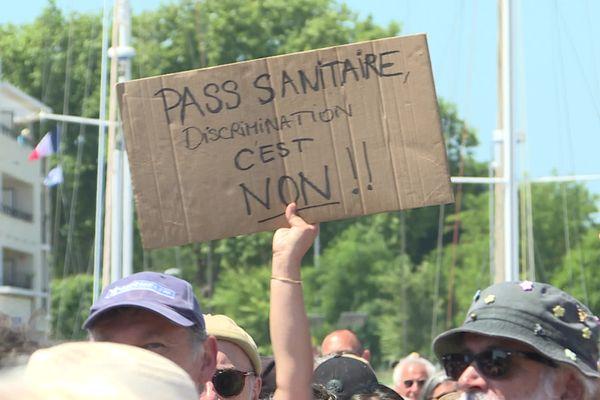Un manifestant anti pass sanitaire dans les rues de La Rochelle, ce samedi 17 juillet 2021.
