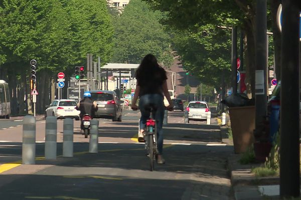 Un vélo sur une piste cyclable de Rouen en mai 2020