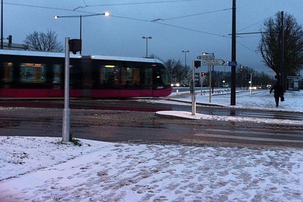 La neige n'empêche pas le tramway de circuler à la Toison d'Or, à Dijon