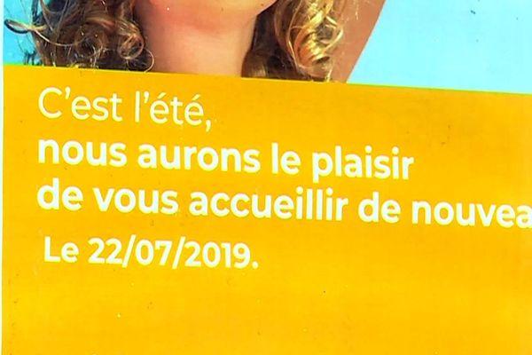 Vallabrègues (Gard) - le bureau de poste a fermé ses volets pour cause de vacances, comme le confirme l'affiche - juillet 2019.