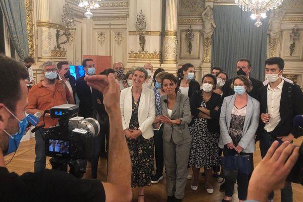 Les écologistes se placent en deuxième position au soir du 1er tour des élections régionales en Auvergne-Rhône-Alpes avec près de 15% des voix, devant le Parti Socialiste, lançant ainsi une fusion avec les listes de gauche, le PS et le PC. Des négociations dans un endroit tenu secret ont lieu dès ce soir, dans le quartier de la Part-Dieu, mais la fusion est lancée.
