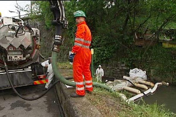 En Italie, les autorités se mobilisent pour pomper le pétrole qui s'est déversé à Gênes