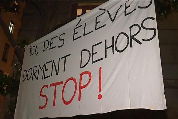 A l'école Robert Doisneau (Lyon 1er) hier soir, des parents d'élèves ont voté l'occupation de leur école à partir de ce mardi soir.