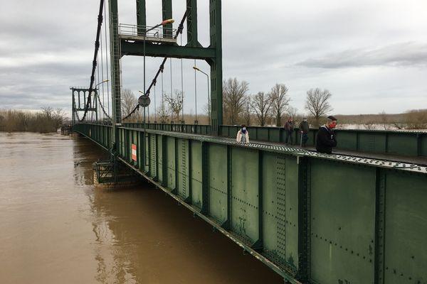 Le pont de Marmande ce jeudi matin et un niveau de la Garonne très élevé.