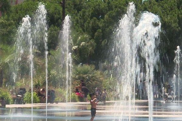 De l'autre côté de la place Masséna à Nice, 960 brumisateurs répartis sur 1400 mètres carré rafraîchissent les enfants et les plus grands.