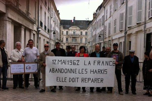 Rassemblement des membres de l'association 2ID-Harkis du Loiret devant la préfecture à Orléans - 12 mai 2015