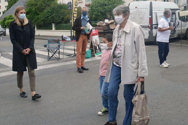 Carole Gandon, LREM, et ses soutiens en campagne pour le second tour des municipales au marché Jeanne d'Arc