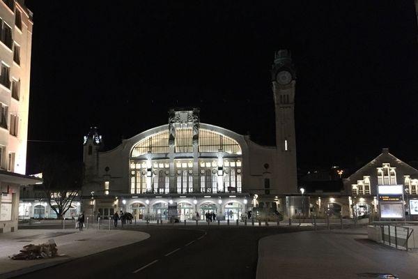 La gare de Rouen et son parvis à l'automne 2020 pendant les travaux de restauration de l'horloge.