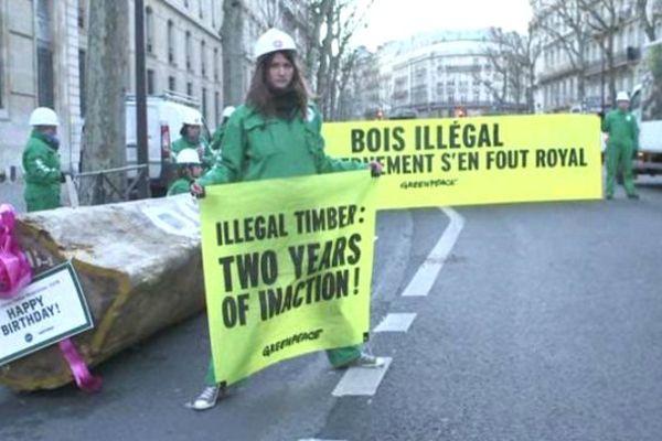 Les militants de Greenpeace, ce matin, devant le ministère de l'Ecologie.