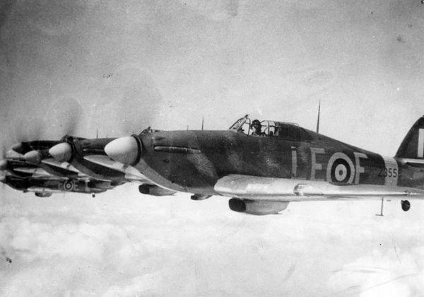 """Le 252 Squadron en formation de combat en 1941, avec les Hurricane de Bernard Dupérier, François de Labouchère, Emile """"François"""" Fayolle et Philippe de Scitivaux."""