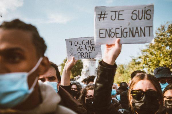 Des dizaines de milliers de personnes, dont de nombreux enseignants rassemblés place de la République, à Paris, en hommage à Samuel Paty, professeur d'histoire-géographie, assassiné pour avoir montre a ses élves des caricatures de Mahomet`.