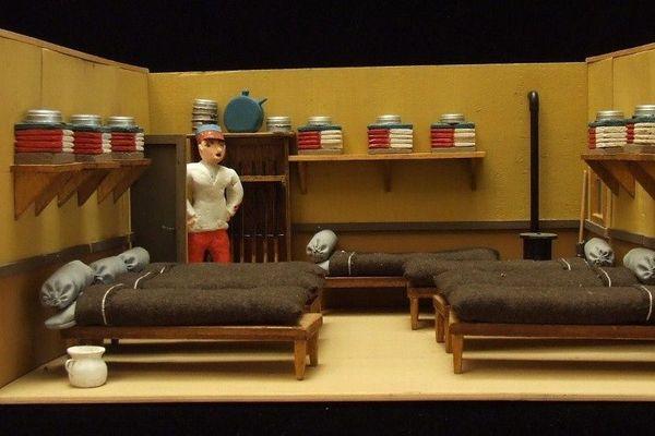 Des maquettes figurent de possibles décors créés par les troupes itinérantes.