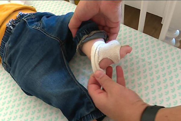 Une chaussette connectée inventée à Nancy pour éviter la mort subite des nourrissons. Un capteur peut aussi mesurer les paramètres physiologiques comme le pouls ou la saturation d'oxygène.