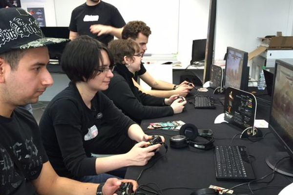 Adam, gamer testeur, et Charlotte, directrice artistique d'un éditeur de jeu indépendant, côte à côte pour une partie de Samouraï Riot, une création bientôt sur le marché.
