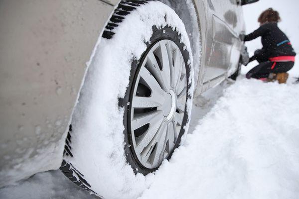 Dès le 1er novembre, pour circuler sur certaines routes d'Auvergne, il vous faudra disposer d'équipements d'hiver pour vos pneus.