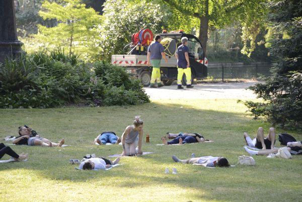 Alors que les jardiniers continuent leur tournée, les adeptes du yoga sont déjà au travail.