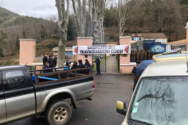 Les salariés des eaux Orezza sont en grève depuis mardi 19 janvier.