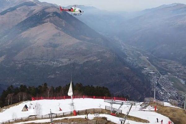 L'hélicoptère affrété par le Conseil départemental de la Haute-Garonne pour apporter de la neige sur les pistes de la station de Luchon Superbagnères