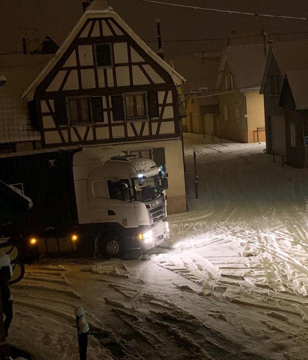 Poids lourd bloqué dans un virage à Griesheim-près-Molsheim, vendredi 15 janvier 2021 vers 2h du matin