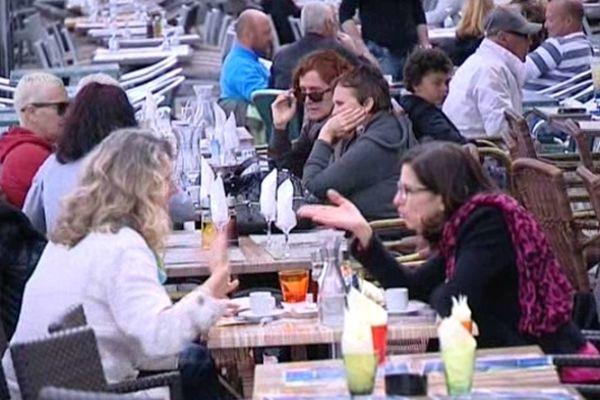 Clients attablés à la terrasse d'un restaurant à Ajaccio, le 22 avril 2013