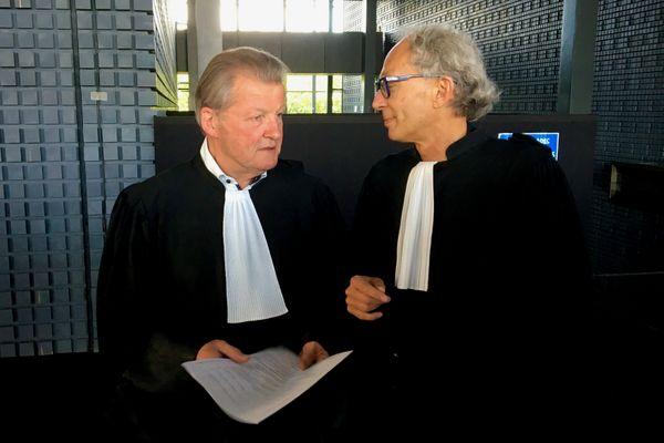 Me Larvor et Me Fillion s'entretiennent avant leur plaidoirie de défense d'Hubert Caouissin le 7 juillet 2021 à Nantes