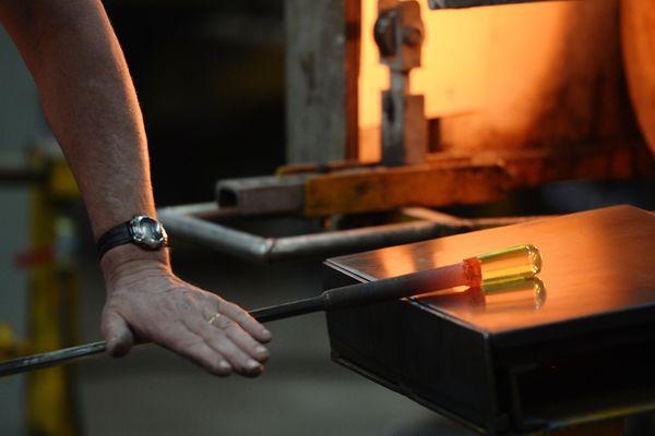 Fabrication de verre à la cristallerie Baccarat, à Baccarat (54).