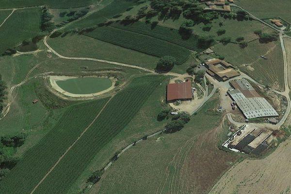 L'exploitation Gonin à Amplepuis, où l'on distingue la retenue colinaire, un bassin artificiel destiné à recueillir les eaux de pluie.