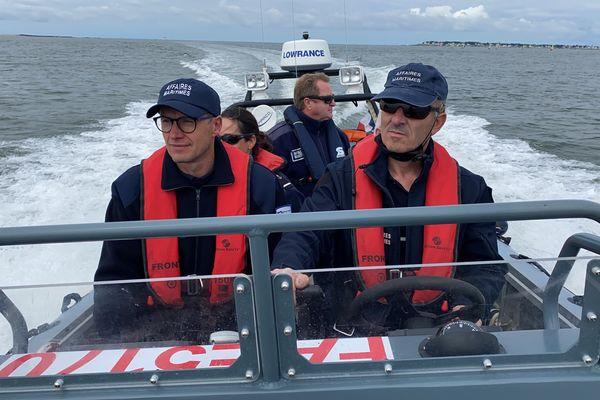À bord de leur bateau semi-rigide, les agents des Affaires Maritimes patrouillent en baie du Pouliguen pour y contrôler les plaisanciers et surtout les excès de vitesse sur l'eau.