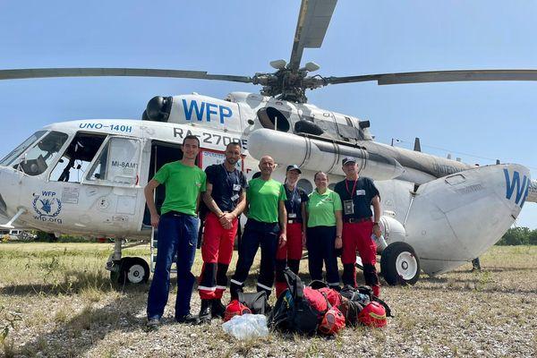 L'équipe de l'AAIP devant l'hélicoptère de l'ONU qui les a transporté au cours de leur mission en Haïti, la plupart des routes étant trop dégradées pour pouvoir y circuler.