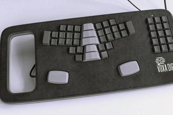 Le type de clavier utilisé dans le car-régie de France Télé lors du discours