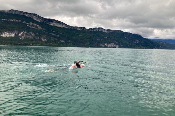 Maud et Sylvain traversent le lac du Bourget à la nage pour Anastasia, une petite fille atteinte d'un cancer