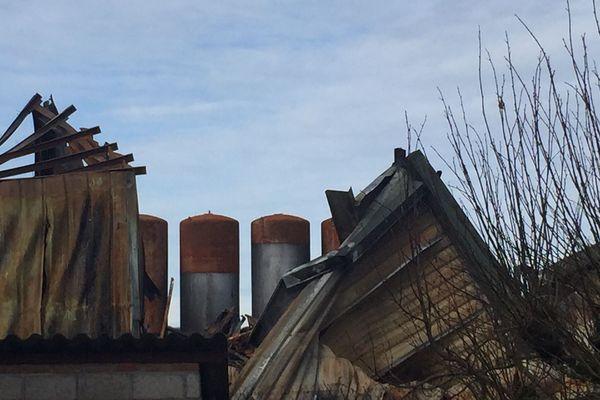 Plus de deux mois après l'incendie qui a ravagé l'entreprise Minerva Oil à Meuzac (87), la dépollution du site se poursuit.