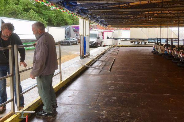 Les forains installent leurs manèges en vue de l'ouverture de la fête foraine, samedi 20 juin.