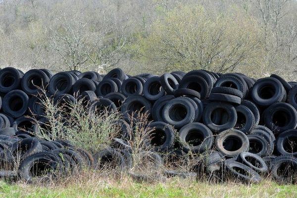 A cinq kilomètres du village, perdu au milieu du causse lotois, des collines de pneus forment des murs impressionnants